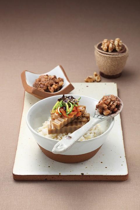 호두쌈장 올린 도토리묵 비빔밥