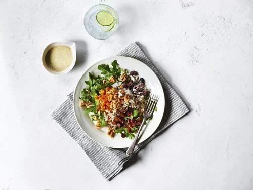 캘리포니아 호두와 쌀이 들어간 샐러드